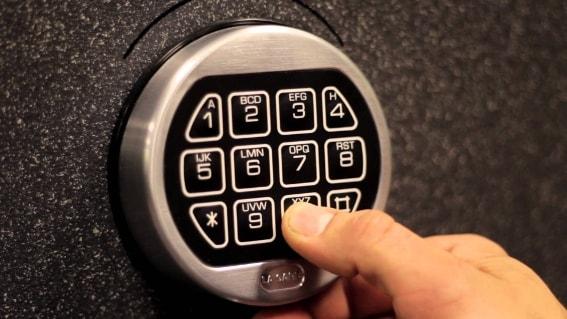 Кодовый электронный замок — оптимальный вариант, если дома есть дети.