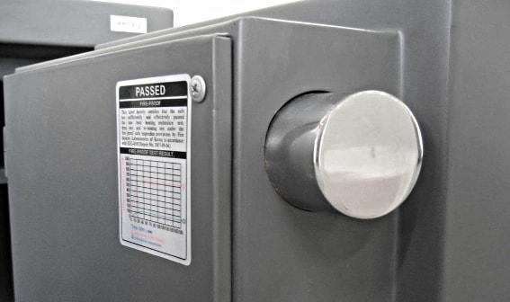 Надёжность запирания двери зависит от количества и толщины ригелей.